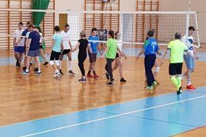 Wygrana uczniów z kl. II TFŻ w piłkę nożną –  Sensacyjna przegrana nauczycieli w siatkówce